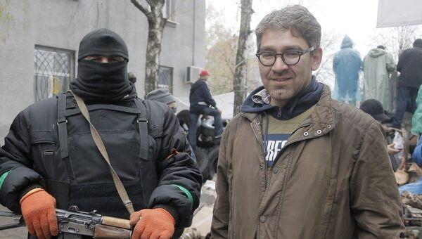 Журналист издания Vice News Саймон Островский фотографируется с активистами в Славянске. 13 апреля 2014