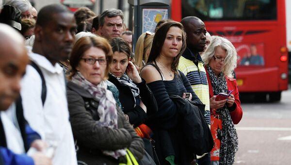 Жители Лондона в очереди на автобус