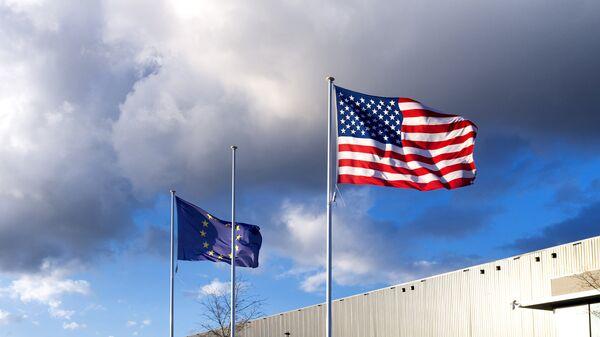 Флаги США и Евросоюза. Архивное фото