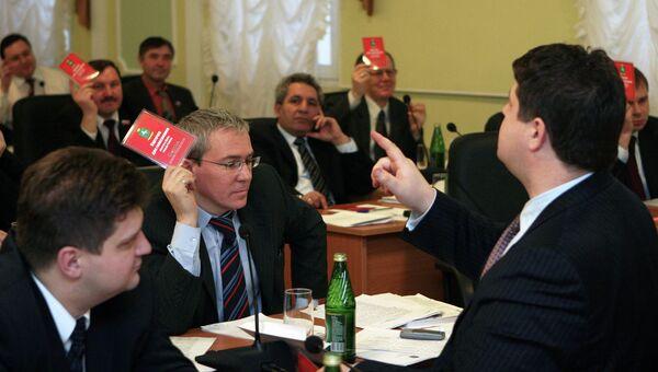 Депутаты думы города Томска голосуют на собрании, архивное фото