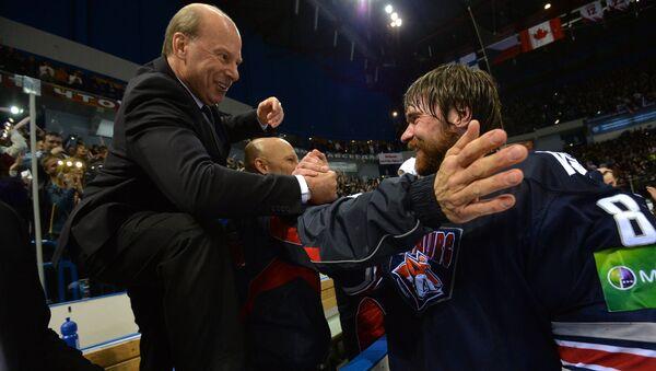 Майк Кинэн поздравляет вратаря команды Василия Кошечкина