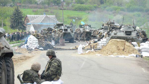 Украинские военные у села Андреевское около города Славянска. Архивное фото