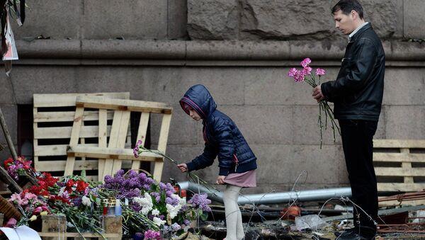 Цветы в память о погибших в результате пожара в Доме профсоюзов в Одессе. Архивное фото