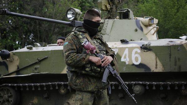 Украинские военные на дороге между Краматорском и Славянском