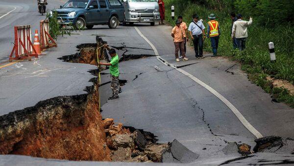 Дорога, разрушенная в результате землетрясения в Таиланде