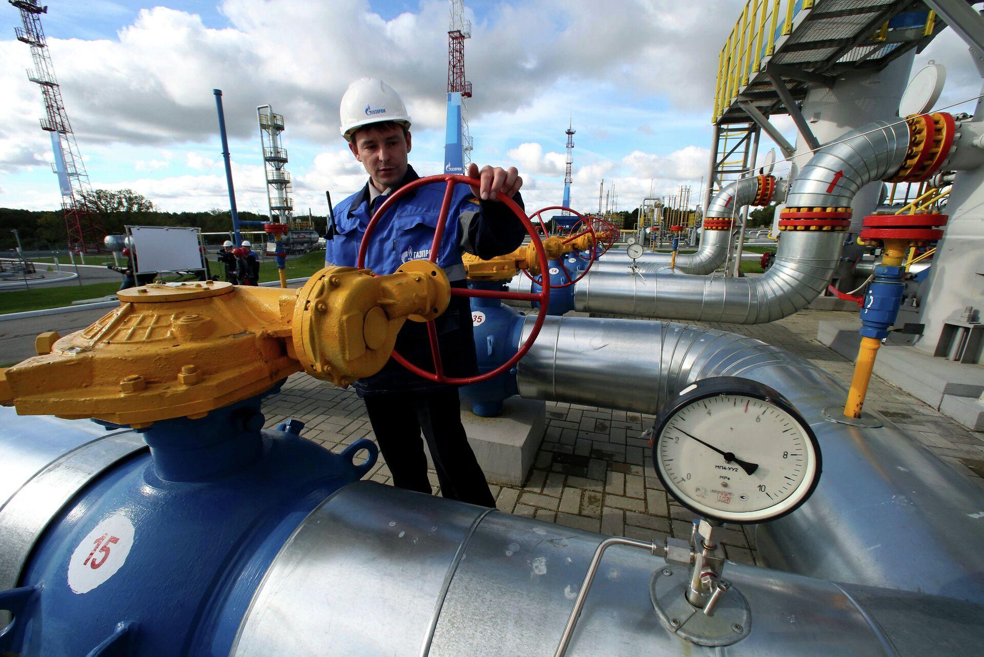 Работник Газпрома на газохранилище - РИА Новости, 1920, 08.10.2021