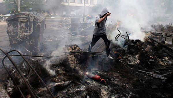 Сожженная баррикада в центре Мариуполя, 9 мая 2014