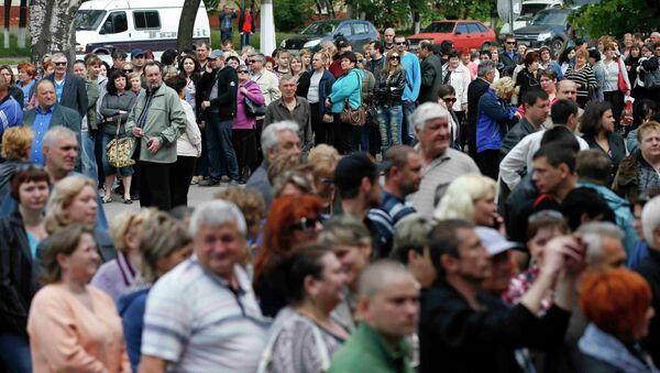 Очередь на избирательный участок в Мариуполе на референдуме по вопросу о независимости самопровозглашенной Донецкой народной республики