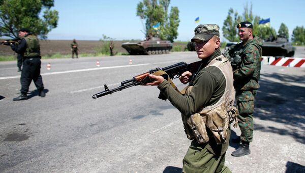 Украинские военные на пропускном пункте под Мариуполем