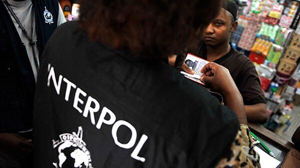 Офицер Интерпола во время работы