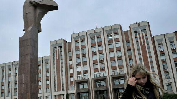 Возле здания Верховного Совета в Тирасполе, Приднестровье. Архивное фото