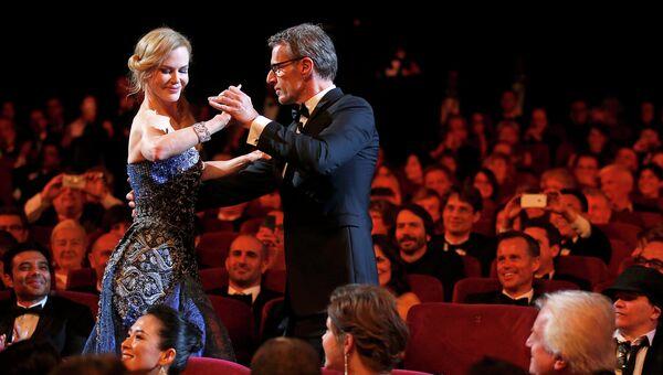 Актер Ламберт Уилсон танцует с актрисой Николь Кидман во время церемонии открытия 67-го Каннского кинофестиваля