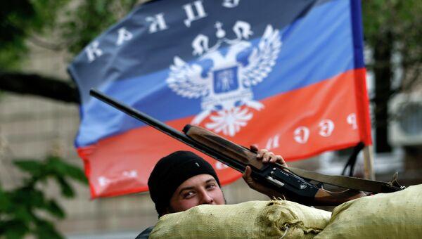 Сторонник федерализации Украины возле баррикад