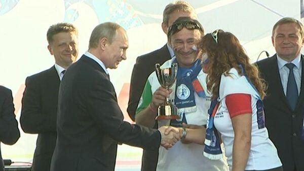 Путин наградил победителей регаты в Сочи и прогулялся по паруснику Мир