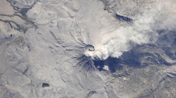 Вид из космоса на вулкан Убинас в Перу. Архивное фото