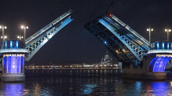Разведенный Благовещенский мост в Санкт-Петербурге.Архивное фото.