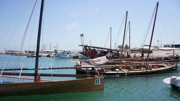 Лодки возле острова-заповедника, открытого для туристов в ОАЭ