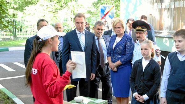 Игорь Шувалов во время посещения московской школы 1240
