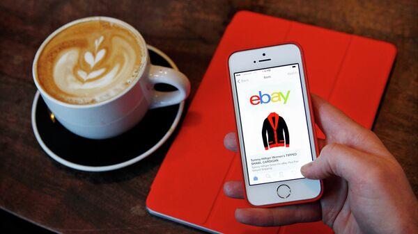 Страница интернет-магазина eBay на экране телефона. Архивное фото