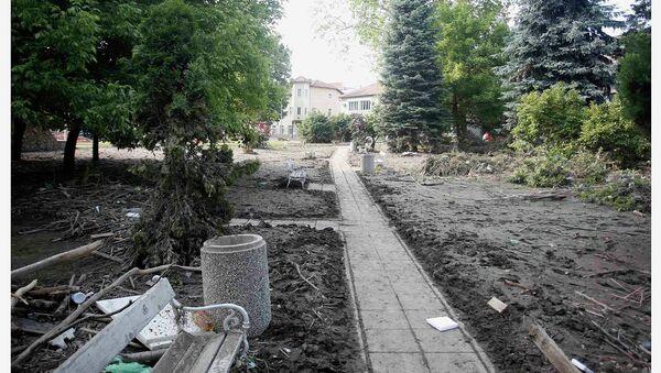 Центральный парк города Маглай в июне 2013 года и после наводнения, 21 мая 2014 года