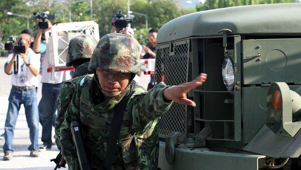 Тайский солдат возле здания армейского клуба в Бангкоке. Архивное фото
