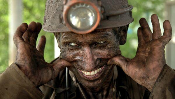 Украинский шахтер улыбается после окончания своей смены в Донецке. Архивное фото