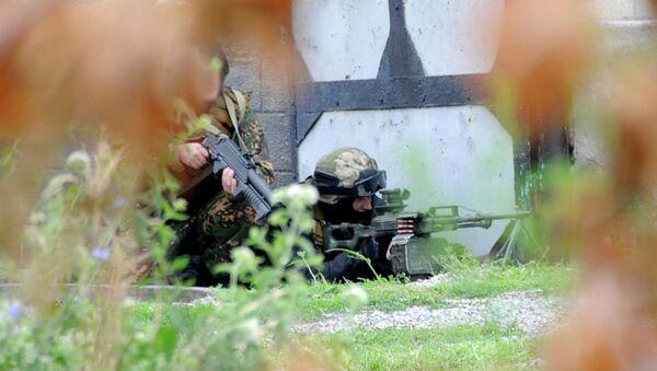 Сотрудники силовых структур во время проведения спецоперации по ликвидации боевиков в Кабардино-Балкарии