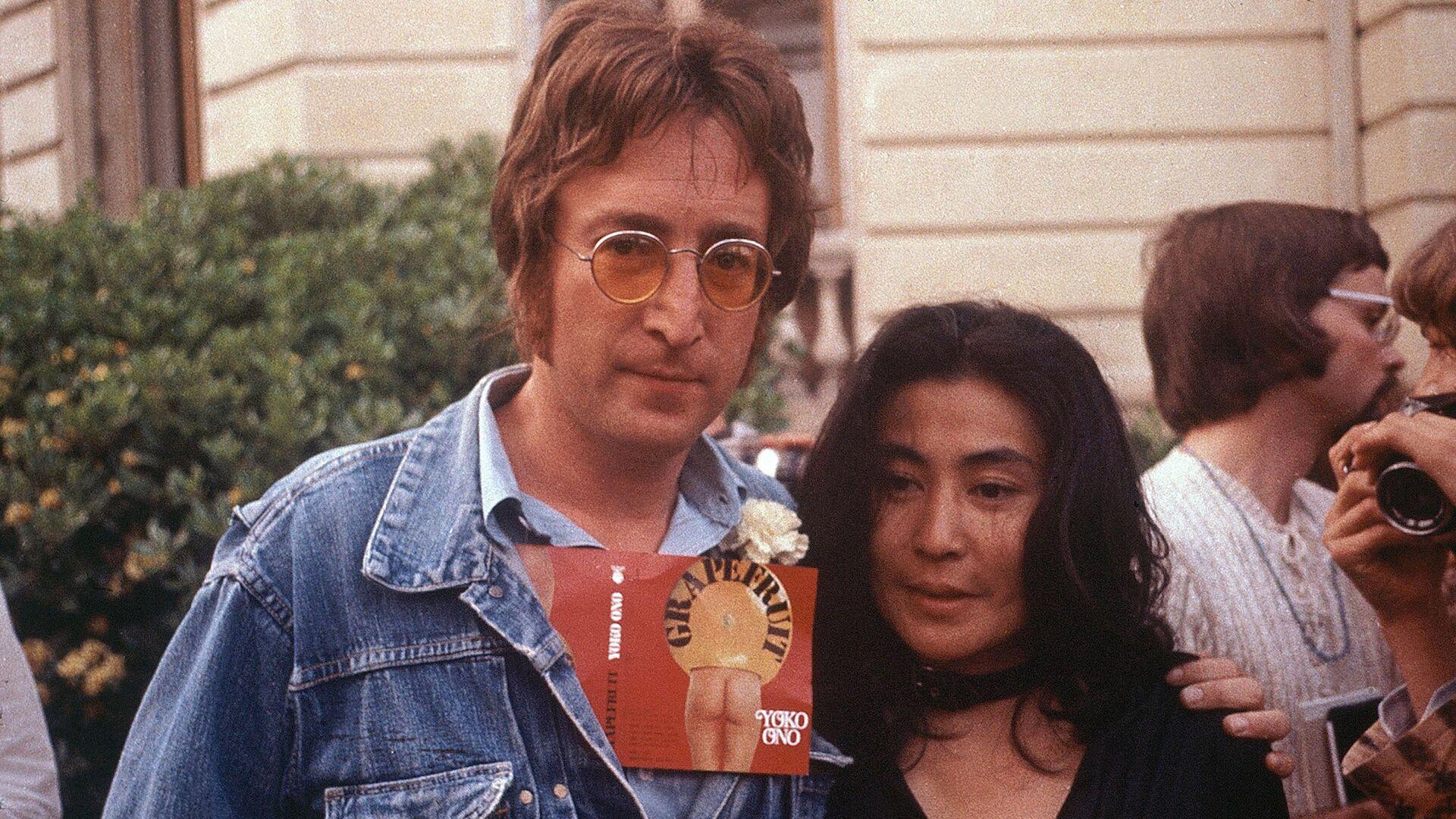 Джон Леннон и его жена Йоко Оно во время Каннского кинофестиваля, 18 мая 1971 год - РИА Новости, 1920, 22.09.2020