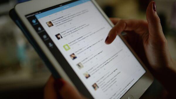 Страница сайта Twitter на экране планшетного компьютера. Архивное фото