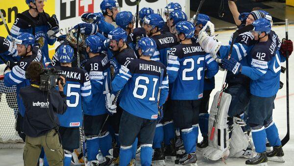Игроки сборной Финляндии радуются победе