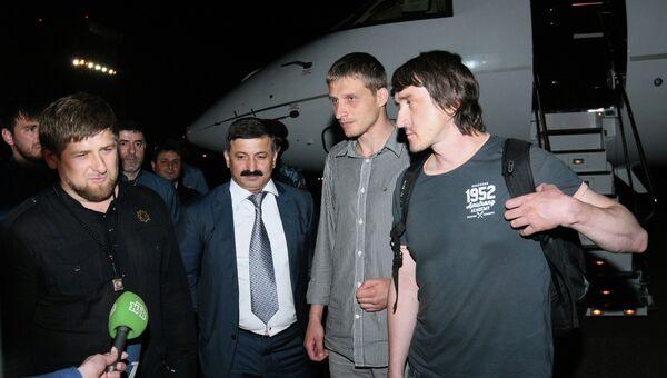 Освобожденные журналисты LifeNews Олег Сидякин и Марат Сайченко в аэропорту Грозного