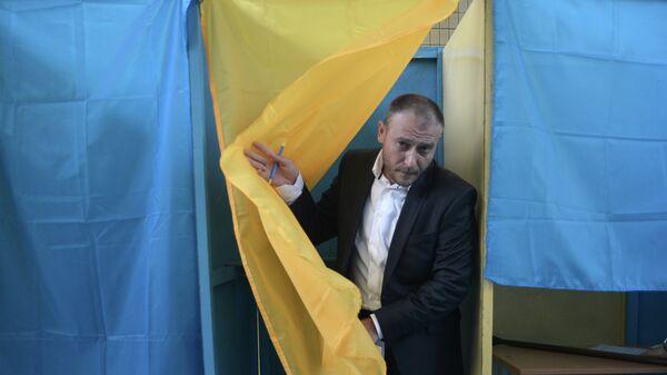 Кандидат в президенты Украины, лидер Правого сектора Дмитрий Ярош во время голосования. Архивное фото