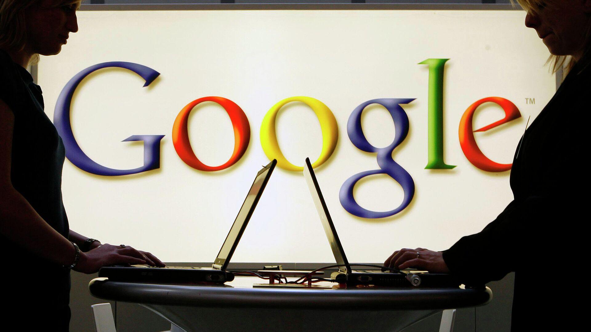 Девушки с ноутбуками на фоне логотипа Google - РИА Новости, 1920, 17.12.2020
