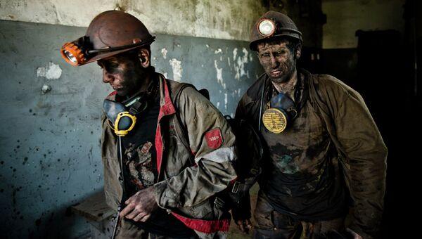 Шахтеры после окончания смены на угольной шахте близ Донецка. Архивное фото