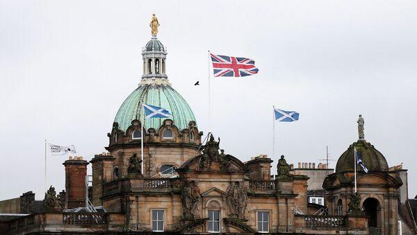 Британский и шотландский флаги на здании банка Lloyds в Эдинбурге. Шотландия в ожидании референдума, Архивное фото