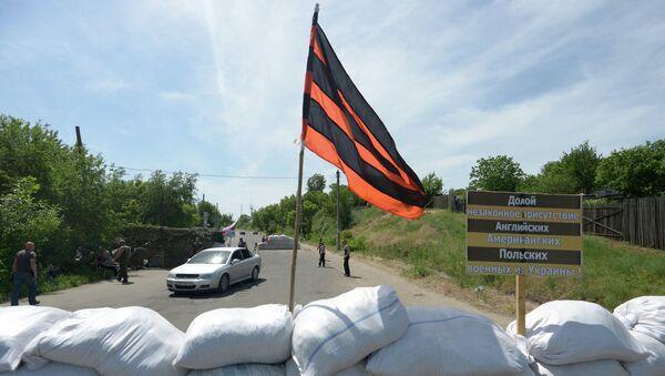 Флаг ЛНР на блокпосту в Луганской области