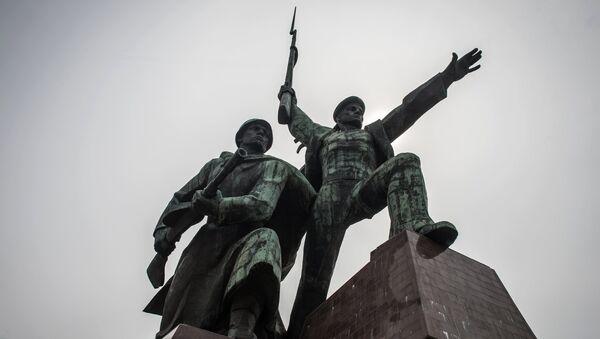 Скульптурная композиция Солдат и Матрос в городе Севастополе. Архивное фото