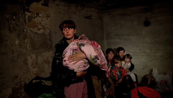 Жители села Семеновка скрываются в бомбоубежище от обстрела. Архивное фото