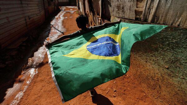Мальчик с бразильским национальным флагом  Бразилии в трущобах, Архивное фото