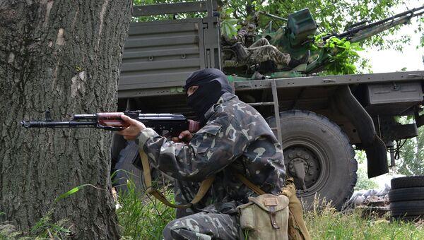 Бойцы народного ополчения во время боя с украинскими силовиками. Архивное фото