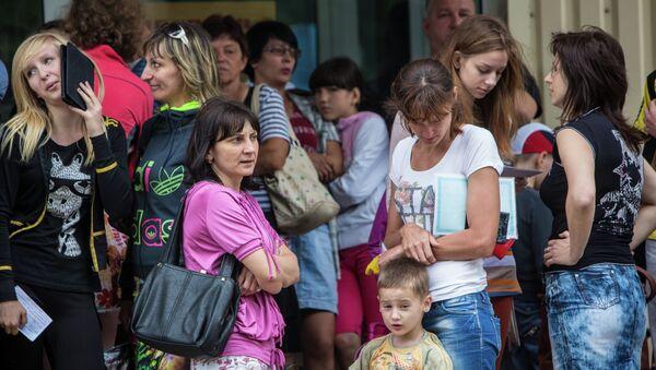 Родители с детьми во время посадки в автобусы в Славянске. Архивное фото