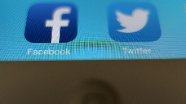 Иконки приложений Facebook и Twitter, архивное фото