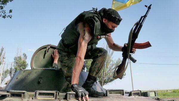 Солдат Украинской армии покидает бронемашину, архивное фото