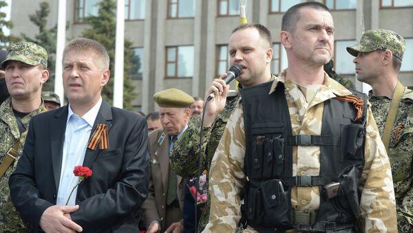 Второй слева - народный мэр Славянска Вячеслав Пономарев. Архивное фото