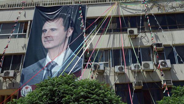 Плакат с портретом президента Сирии Башаром Асадом на здании в Дамаске. Архивное фото.