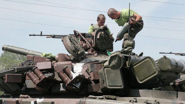 Военнослужащие украинской армии на броне танка. Архивное фото