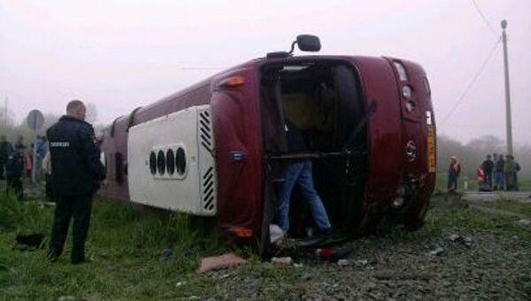 На месте столкновения рейсового автобуса с поездом в Сахалинской области