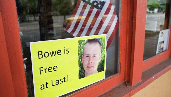 Плакат с фотографией американского сержанта Боуи Бергдала, освобожденного в конце мая из плена в Афганистане