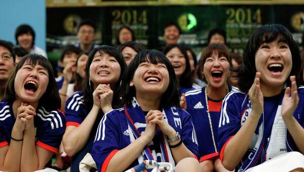 Фанатки сборной Японии по футболу болеют за свою команду