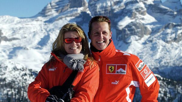 Немецкий автогонщик Михаэль Шумахер с женой Коринной